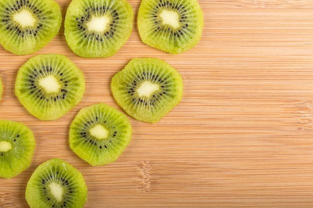 Bovenaanzicht van plakjes kiwi op hout. een gezond ontbijt bereiden