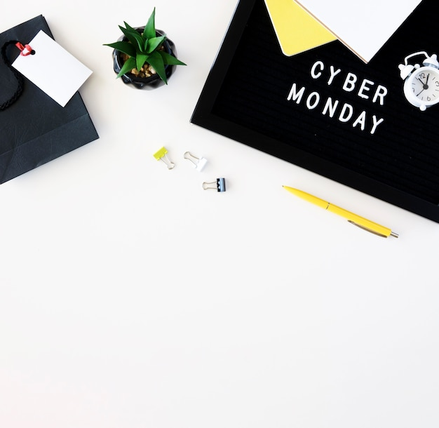 Bovenaanzicht van plant met klok en paperclips voor cyber maandag