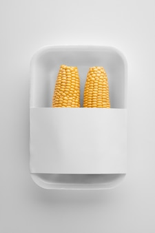 Bovenaanzicht van plastic verpakkingen met maïs