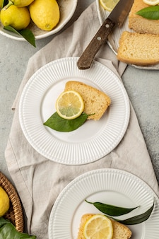Bovenaanzicht van platen met schijfje citroentaart en bladeren