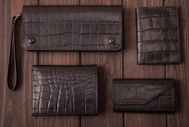 Bovenaanzicht van platte leren portemonnee, koffers, portmone