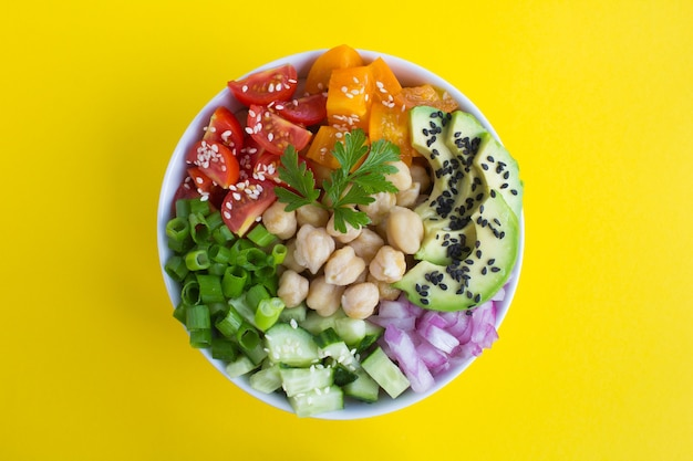 Bovenaanzicht van poke bowl met kikkererwten en groenten