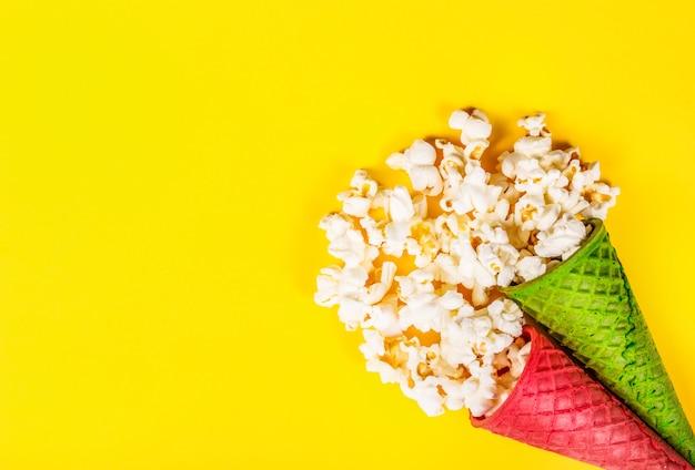 Bovenaanzicht van popcorn in wafel kegels