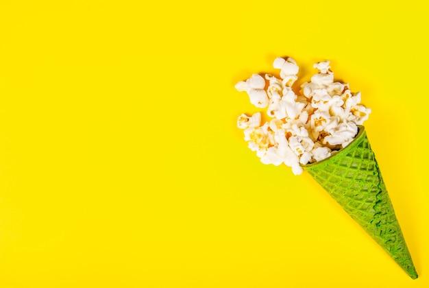 Bovenaanzicht van popcorn met karamel in wafel kegel