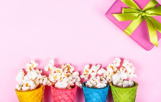 Bovenaanzicht van popcorn met karamel in wafel kegels