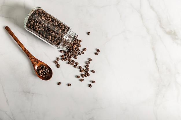 Bovenaanzicht van pot met gebrande koffiebonen en kopie ruimte