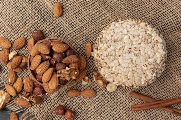 Bovenaanzicht van pot met hazelnoten en andere noten