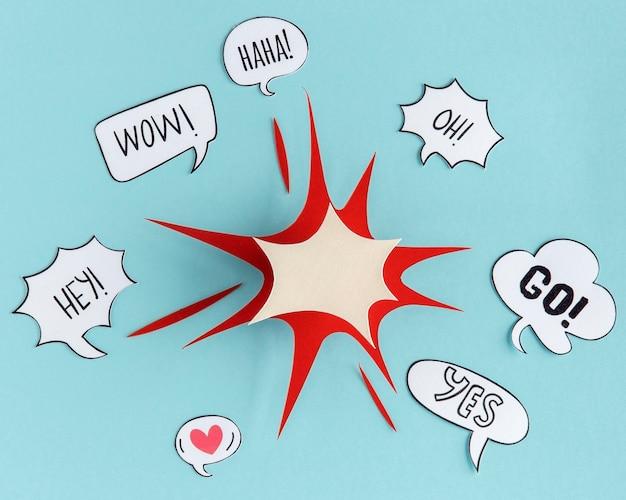 Bovenaanzicht van praatjebellen met papieren vorm voor communicatie
