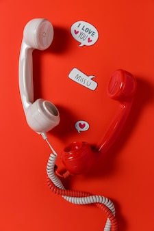 Bovenaanzicht van praatjebellen met twee telefoonontvangers