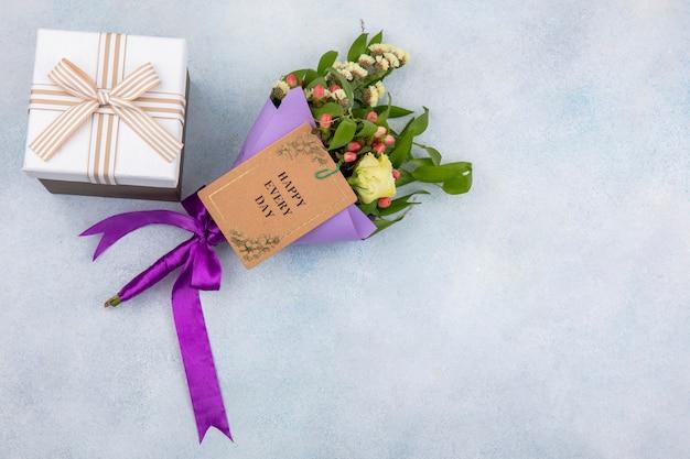 Bovenaanzicht van prachtig violet boeket bloemen zoals gele roos hypericum bessen op wit