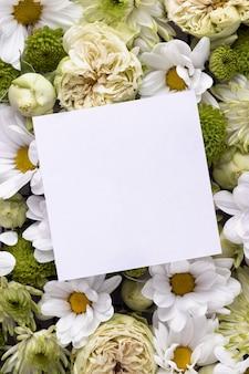 Bovenaanzicht van prachtige bloemen met blanco kaart