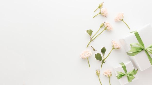 Bovenaanzicht van presenteert met kopie ruimte en rozen