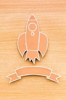 Bovenaanzicht van raket met lint voor terug naar schoolseizoen