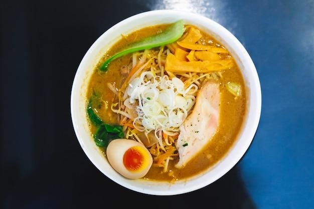 Bovenaanzicht van ramen pork bone soup (tonkotsu ramen) met chashu pork