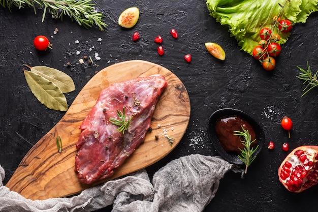 Bovenaanzicht van rauw vlees concept
