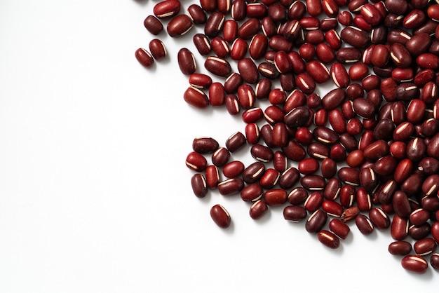 Bovenaanzicht van rauwe adzuki rode bonen geïsoleerd op witte tafel background