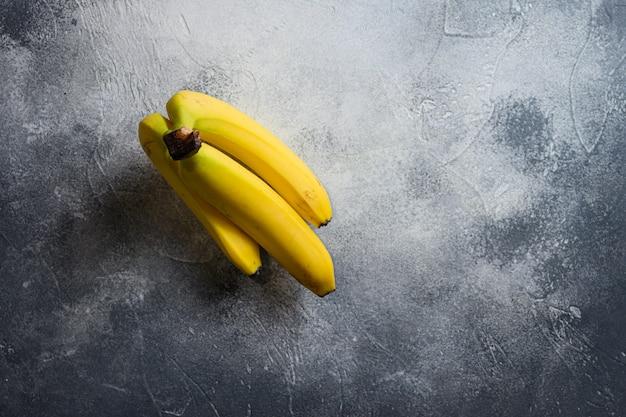 Bovenaanzicht van rauwe biologische tros bananen