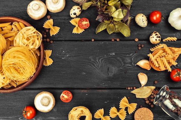 Bovenaanzicht van rauwe italiaanse pasta