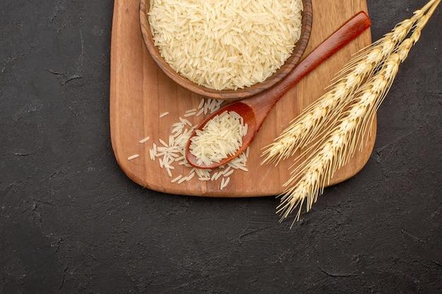 Bovenaanzicht van rauwe rijst in plaat op grijze ondergrond