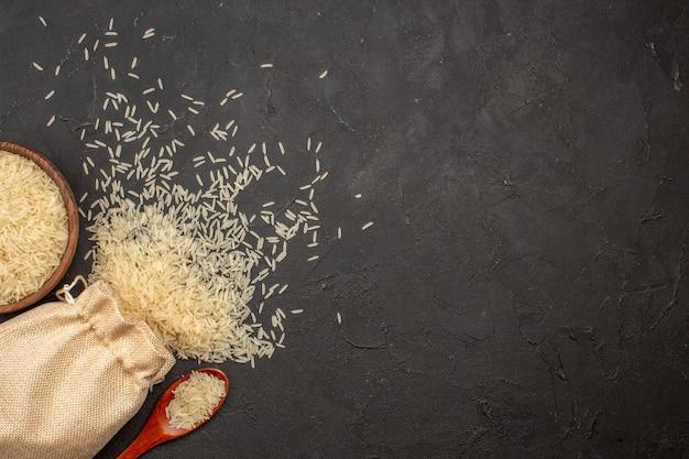 Bovenaanzicht van rauwe rijst in zak op grijze ondergrond