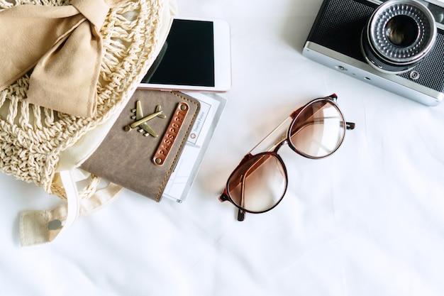 Bovenaanzicht van reisartikelen van een reizigersvrouw
