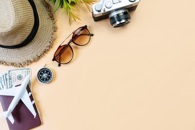 Bovenaanzicht van reistoebehoren, reisconcept. plat leggen, ruimte kopiëren
