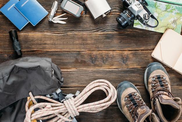 Bovenaanzicht van reisuitrusting en overlevingsuitrusting