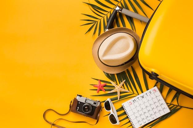 Bovenaanzicht van reizen essentials met bagage en kopie ruimte