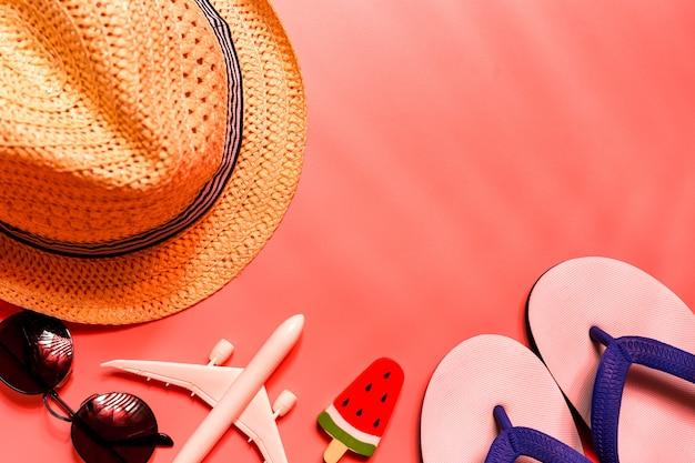 Bovenaanzicht van reiziger accessoires, tropisch palmblad en vliegtuig.