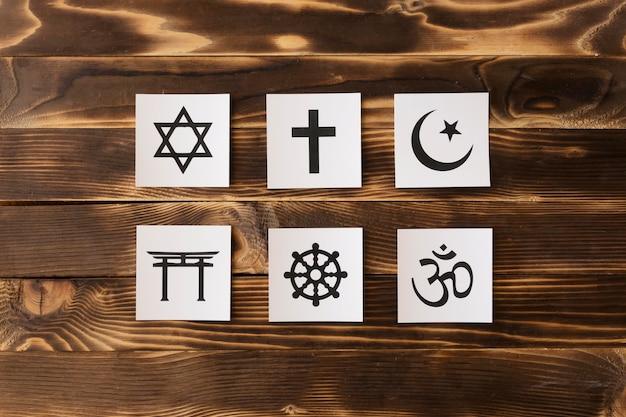 Bovenaanzicht van religieuze symbolen op houten oppervlak