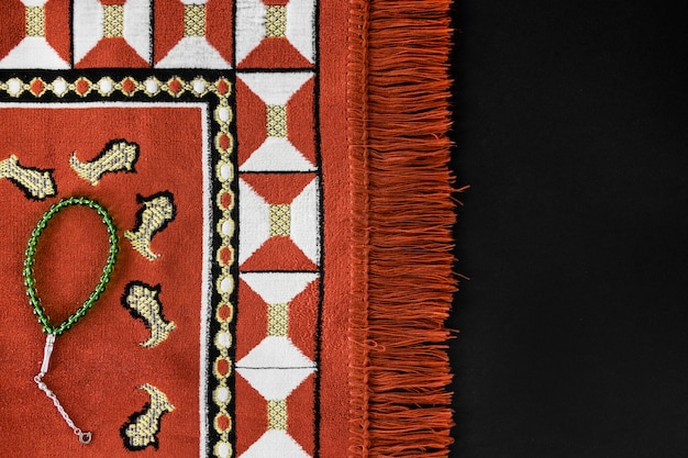 Bovenaanzicht van religieuze textiel met armband en kopie ruimte