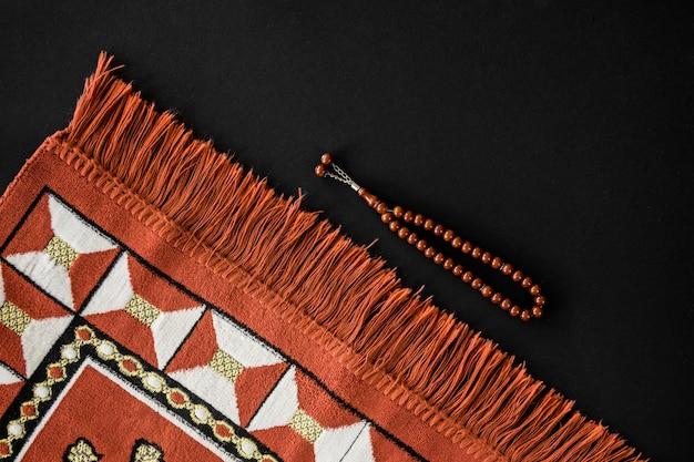 Bovenaanzicht van religieuze textiel met armband
