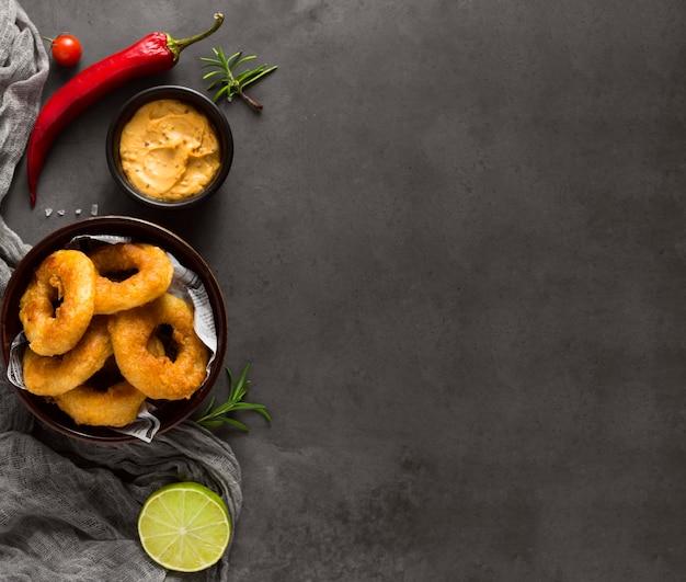 Bovenaanzicht van ring frietjes met chilipeper en kopie ruimte