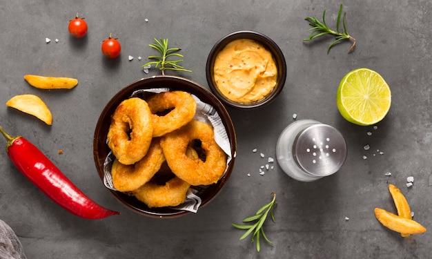 Bovenaanzicht van ring frietjes met zout en chilipeper