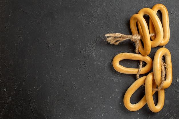 Bovenaanzicht van ringvormige koekjes met een touw aan elkaar gebonden