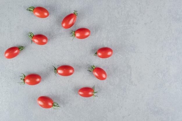 Bovenaanzicht van rode chili tomaten geïsoleerd op beton.