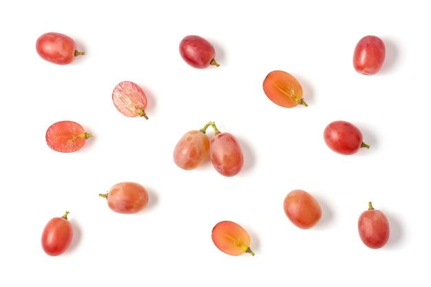 Bovenaanzicht van rode druiven geïsoleerd op een witte achtergrond.