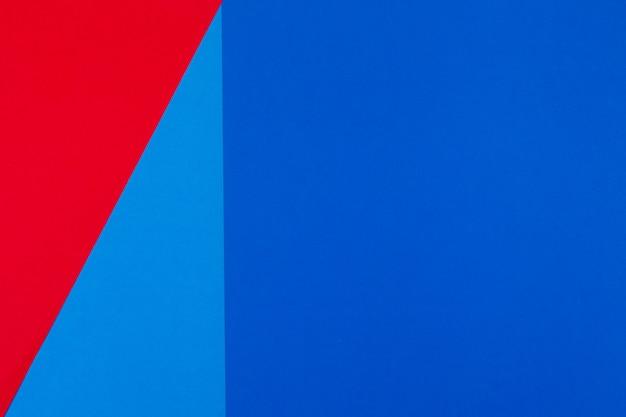 Bovenaanzicht van rode en blauwe kleur papier achtergrond