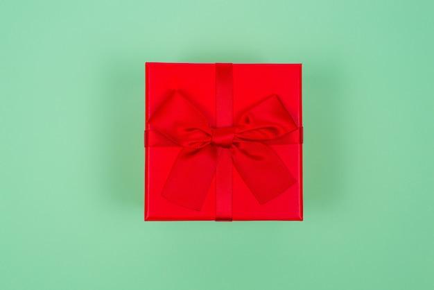 Bovenaanzicht van rode geschenkdoos boog geïsoleerd
