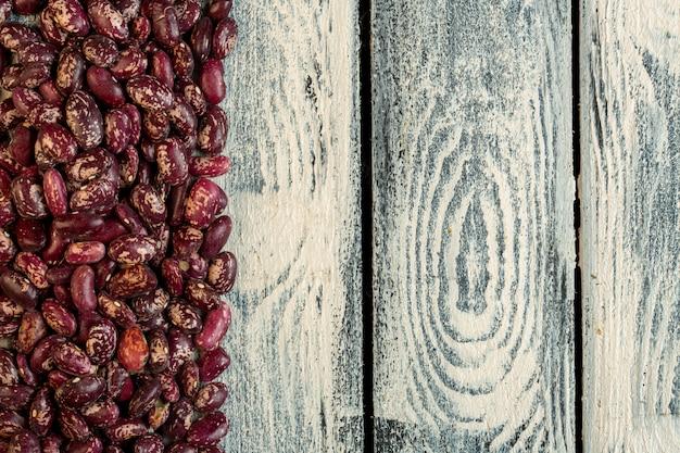 Bovenaanzicht van rode gespikkelde bruine bonen met kopie ruimte