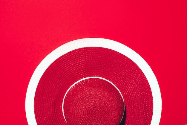 Bovenaanzicht van rode gestreepte retro hoed op papier achtergrond met kopie ruimte. s