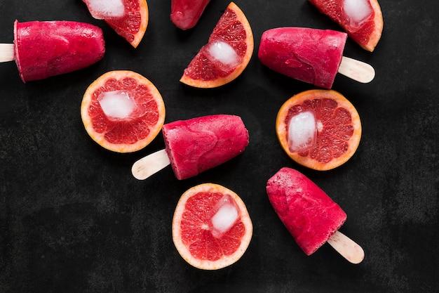 Bovenaanzicht van rode grapefruit ijslollys