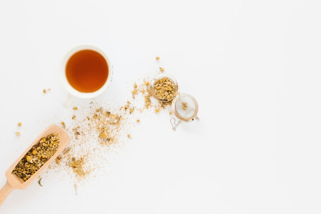 Bovenaanzicht van rode thee met theebladeren