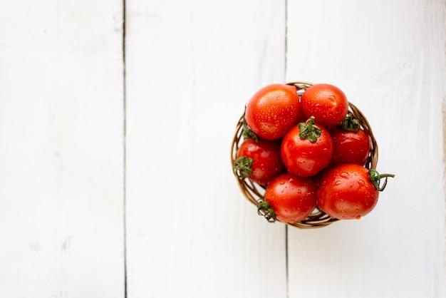 Bovenaanzicht van rode tomaten op tafel