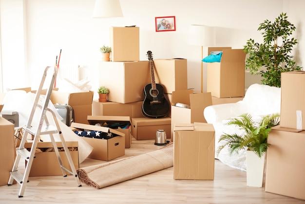 Bovenaanzicht van rommelig en vol verhuisdozen kamer