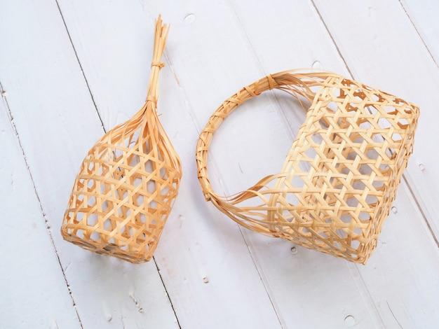 Bovenaanzicht van ronde bamboe mand en weven mand handtas traditionele cultuur mode thaise stijl.