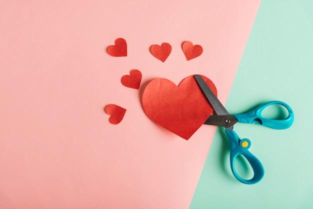 Bovenaanzicht van rood papier hart