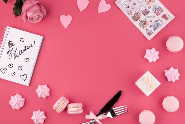 Bovenaanzicht van roos en macarons met meringue voor valentijnsdag