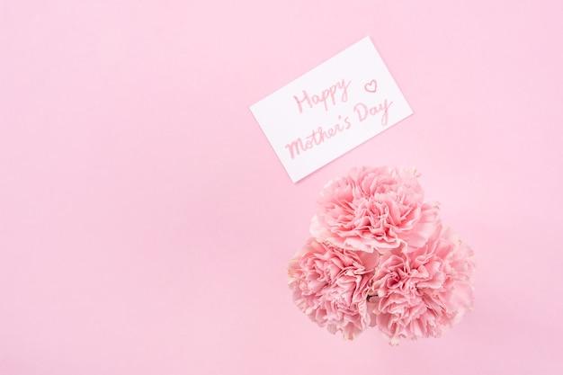 Bovenaanzicht van roze anjer op roze tabelachtergrond