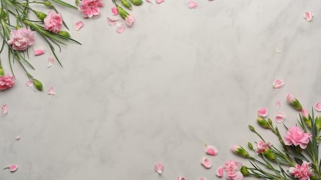 Bovenaanzicht van roze bloem versierd op marmeren bureau
